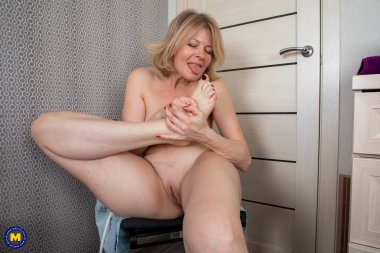 Naughty MILF has a footfetish moment at home