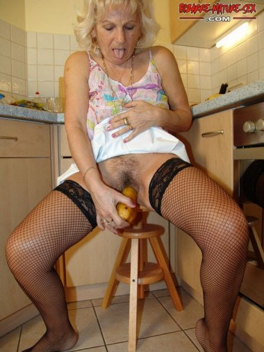 Mature housewife show anything up her cunt